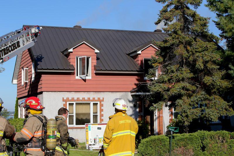 Une résidence a été ravagée par les flammes dimanche matin sur la route Marie-Victorin à Contrecœur. | Photo: TC Média - Pascal Cournoyer