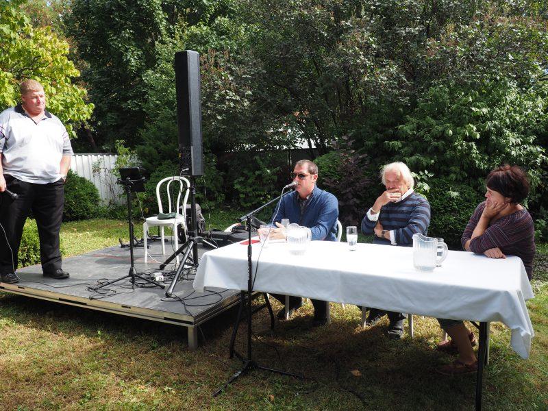 Photo du comité avec le chef invité Jonathan Garnier. Absent sur la photo:  Michel Huppe et Alain Beaudin. | Photo: Gracieuseté - Catherine Hamelin