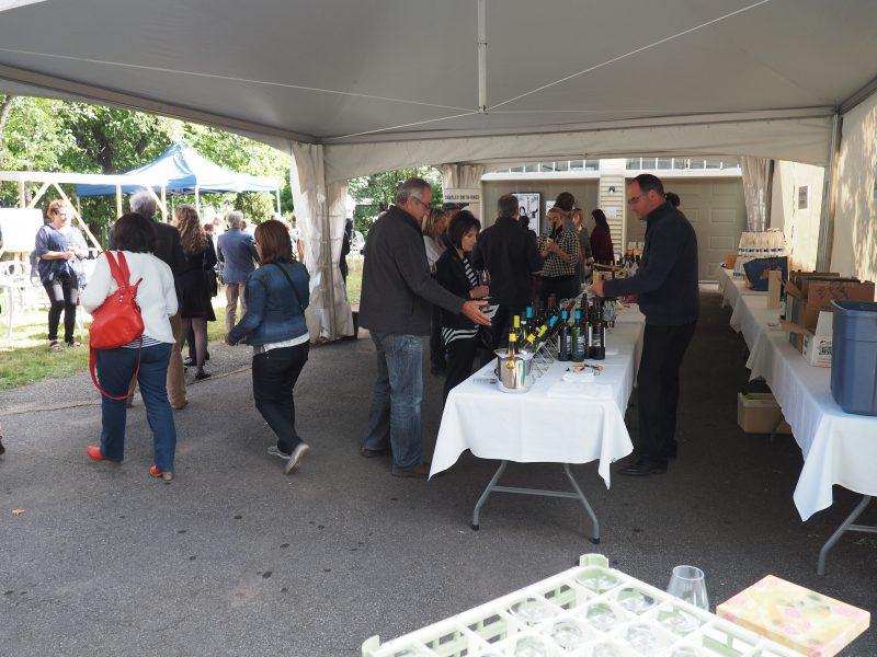 Une quinzaine d'agriculteurs locaux et une cinquantaine de produits de fabricants vinicoles du Québec ont été offerts lors de la première édition du Parcours Vino, Agro, Musica!. | Photo: Gracieuseté – Jocelyn Parenteau