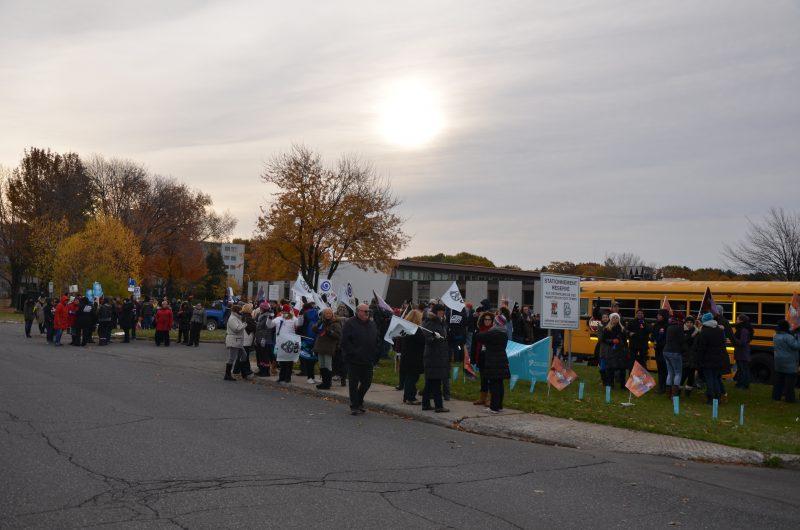 Une centaine d'enseignants ont manifesté ce matin à l'école secondaire Bernard-Gariépy. | TC Média - Sarah-Eve Charland