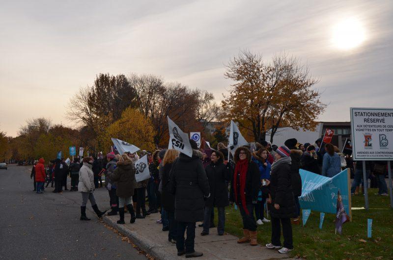 Les enseignants de la Commission scolaire de Sorel-Tracy ont manifesté tôt ce matin près de l'école secondaire Bernard-Gariépy. | TC Média - Sarah-Eve Charland