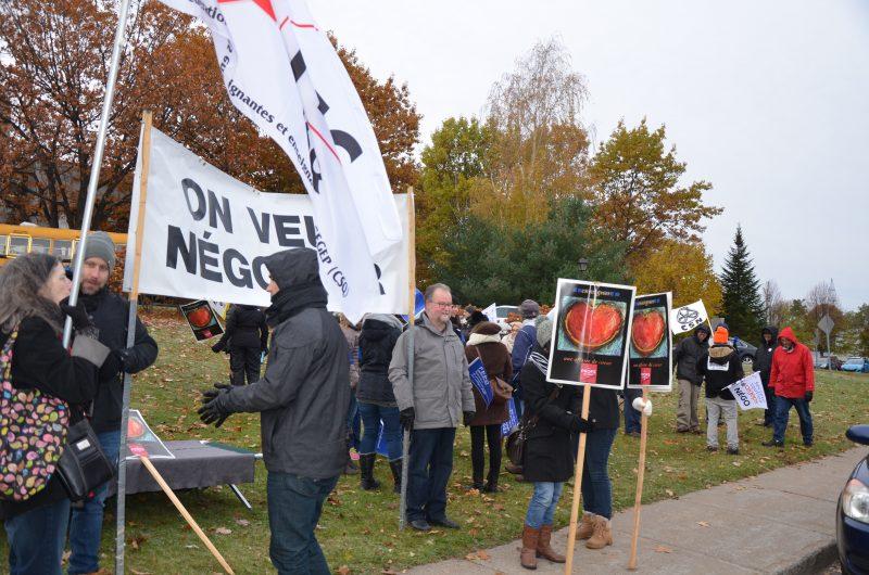 Le personnel du Cégep de Sorel-Tracy a manifesté ce matin devant l'établissement. | TC Média - Sarah-Eve Charland.