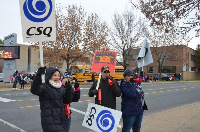 Le personnel professionnel et de soutien de la Commission scolaire de Sorel-Tracy ont manifesté devant le centre administratif ce matin. | TC Média - Sarah-Eve Charland