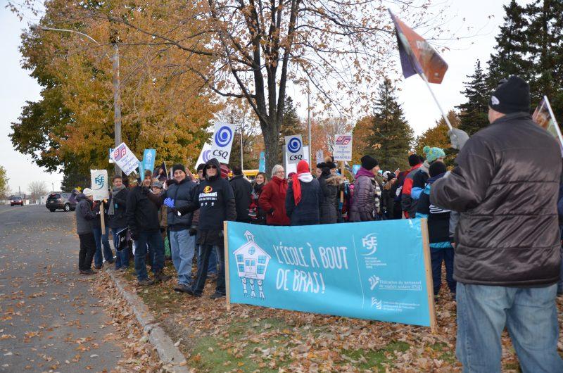 Plusieurs enseignants de la région ont manifesté devant l'école secondaire Fernand-Lefebvre. | TC Média - Sarah-Eve Charland
