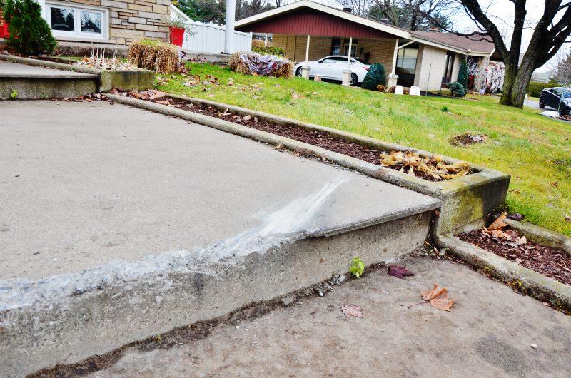 La voiture a embarqué sur ses marches et a détruit une partie de l'asphalte. | Photo: TC Média – Julie Lambert