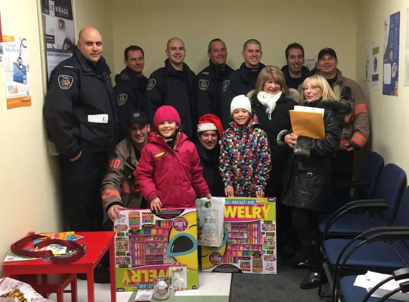 Les pompiers ont donné des sourires à des familles moins fortunées à l'aube de Noël grâce à leur générosité. | Photo: gracieuseté