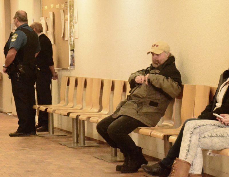 Denis Thibault, lors de sa comparution du 29 mars 2017, dans un corridor du palais de justice de Sorel-Tracy. | TC Média – Jonathan Tremblay