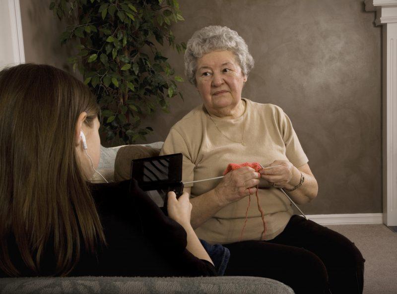 Des aînés et des étudiants pourront se côtoyer dans ce projet intergénérationnel. | depositphotos.com