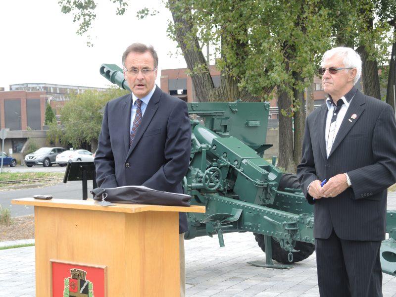 Le président des Forges de Sorel, Richard Lahaye et le maire de Saint-Joseph-de-Sorel, Olivar Gravel, ont inauguré le Parc historique du canon. | TC Média - Sarah-Eve Charland