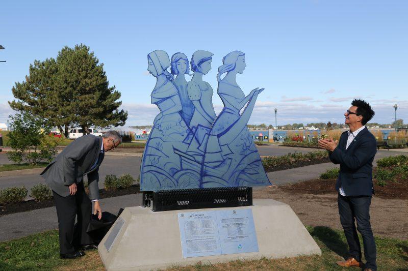Un monument rendant hommage aux Filles du Roy a été inauguré le 29 septembre, au parc Regard-sur-le-Fleuve en présence de plusieurs dignitaires. | TC Média - Pascal Cournoyer