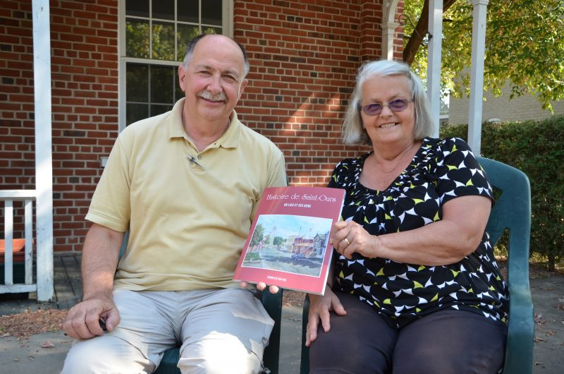 Le prêtre Benoit Côté et la bénévole Christiane Arpin Pérodeau travaillent depuis près de 10 ans sur ce livre. | TC Média - Sarah-Eve Charland
