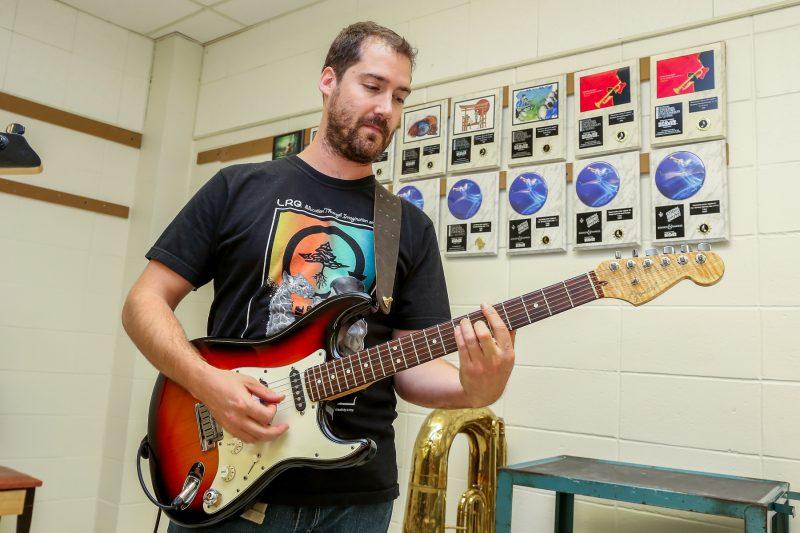 Plusieurs professeurs s'investissent dans un groupe de musique pour agrémenter l'ambiance à l'école secondaire Bernard-Gariépy. | TC Média- Pascal Cournoyer
