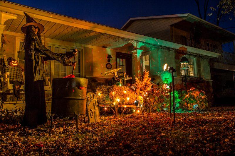 Les propriétaires de la maison décorée située sur le chemin des Patriotes ont choisi de créer une atmosphère sombre et lugubre avec plusieurs clins d'œil sur le thème de l'Halloween. On voit une sorcière et son chaudron ainsi que des citrouilles et des chauves-souris. | Photo: TC Média - Pascal Cournoyer