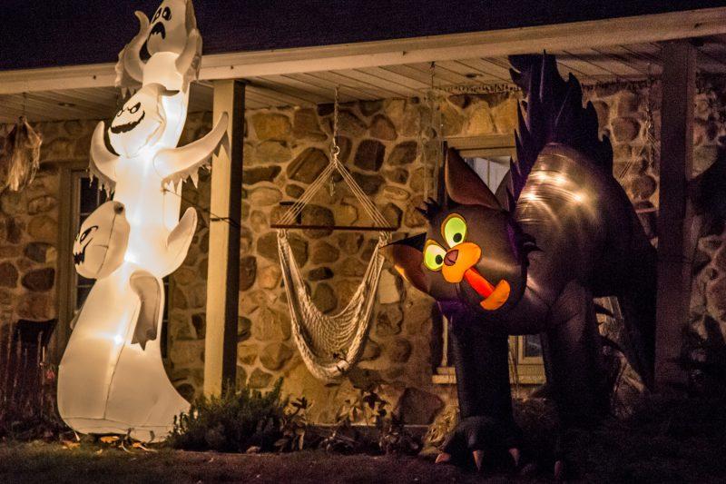 Cette maison décorée de la rue Cherrier ne passe pas inaperçue avec ses gigantesques structures gonflables. Les fantômes et le chat noir donnent des allures inquiétantes à cette demeure. | Photo: TC Média - Pascal Cournoyer