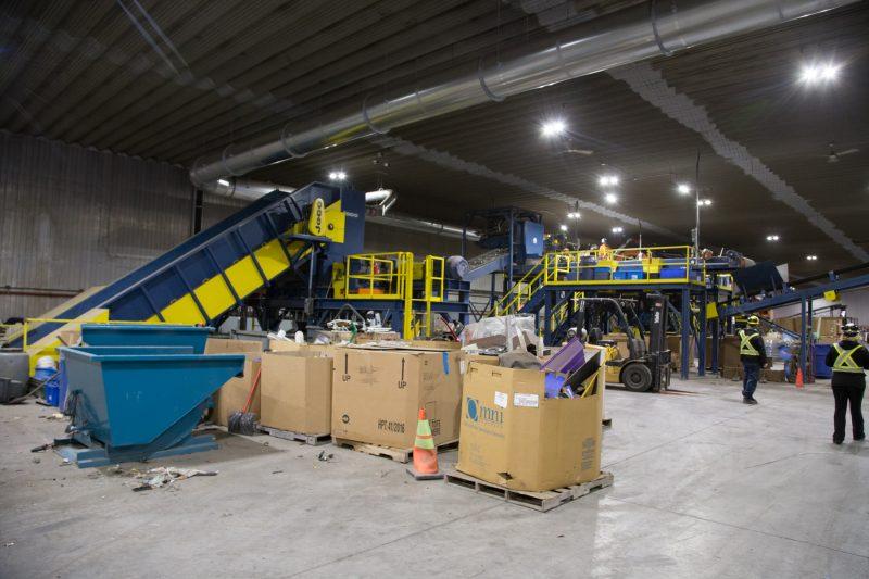 Des employés de Recyclo-Environnement au travail, devant le broyeur. | Photo: TC Média -Pascal Cournoyer