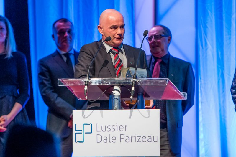 QSL Terminal maritime Sorel-Tracy a gagné dans la catégorie Production industrielle, de transformation et de distribution - Volet 21 employés et plus. Son DG Jeannot Mercier a accepté le prix. | Pascal Cournoyer