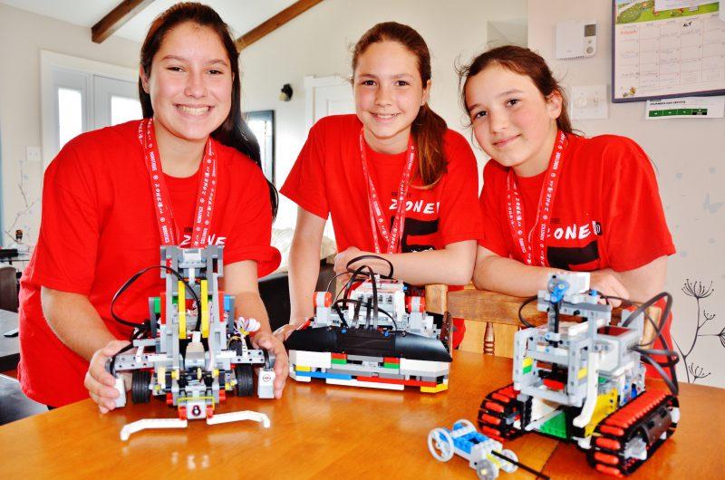 Alexann Hébert, Mariève Pagé et Élisabeth Nadeau ont remporté deux médailles d'or lors d'une compétition de robotique à Montréal le 22 avril. | TC Média - Julie Lambert