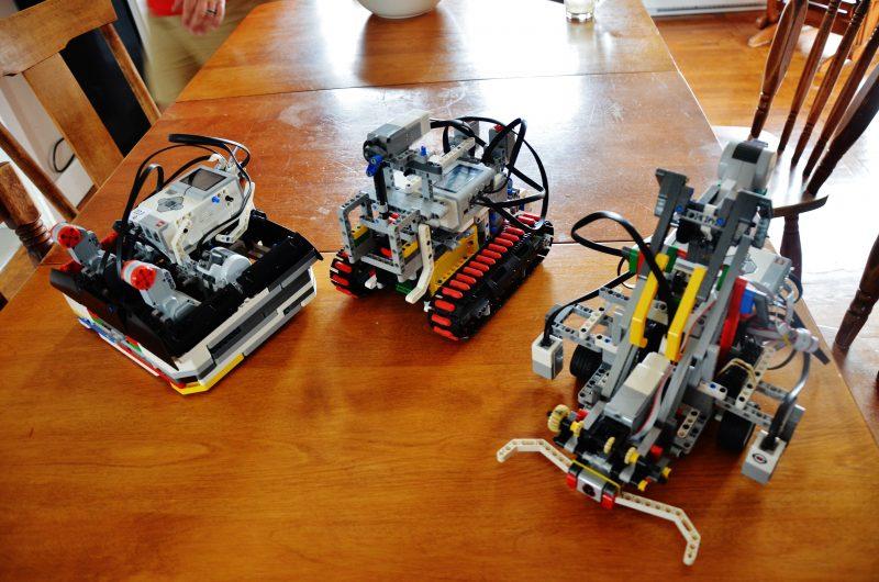 Les trois robots construits par le trio. | TC Média - Julie Lambert