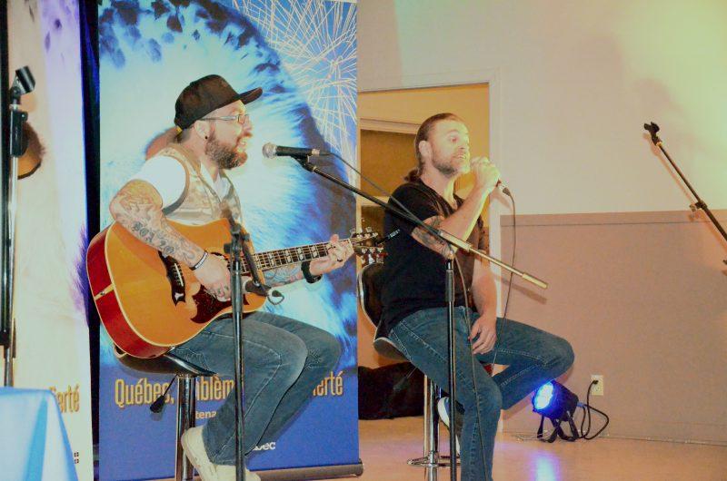 Le guitariste Yanick Boivin et le chanteur Boom Desjardins du groupe La Chicane ont invité les gens de la région au spectacle de la Fête nationale le 23 juin. | TC Média- Sarah-Eve Charland