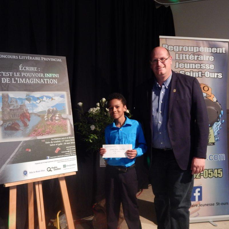 Le Sorelois Anthony James Senecharles, en compagnie du maire de Saint-Ours Sylvain Dupuis, a remporté le premier prix dans sa catégorie au Concours littéraire provincial. | Gracieuseté
