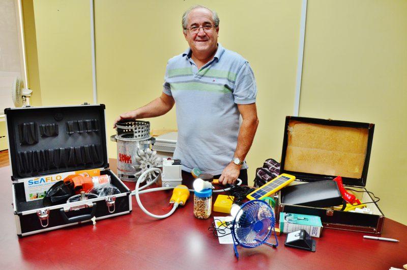L'ingénieur de Saint-Roch-de-Richelieu, Bernard Cyr, avec ses nombreux appareils se servant d'énergie renouvelables et rapportés de partout dans le monde. | Photo: TC Média- Julie Lambert