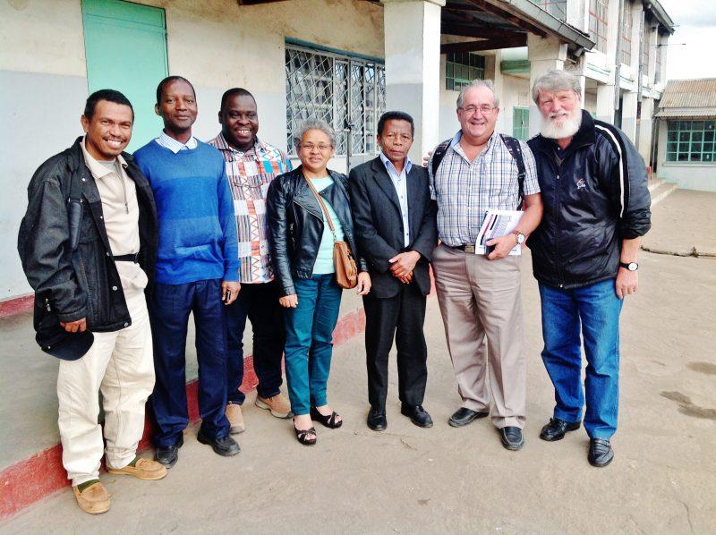 Bernard Cyr (deuxième à partir de la droite) entouré du père Pedro (à droite) et de partenaires dans sa mission à Madagascar. | Photo: Gracieuseté