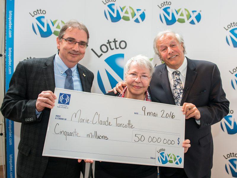 Marie-Claude Turcotte reçoit de Simon Patenaude, président et chef de la direction de Loto-Québec par intérim, le chèque qui la consacre 50 fois millionnaire. Yves Corbeil assiste à la remise. | Photo: gracieuseté Loto-Québec