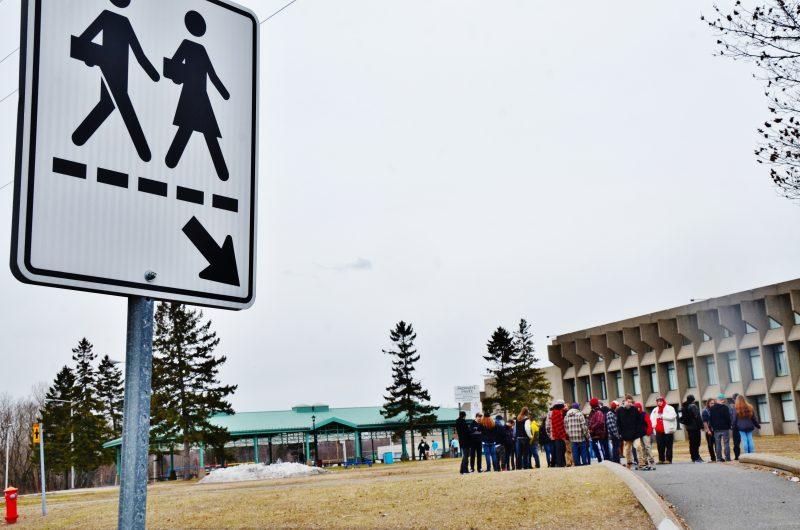 La Commission scolaire de Sorel-Tracy cherche une solution pour les jeunes fumeurs à l'école secondaire Fernand-Lefebvre, qui sont présentement entassés dans une petite parcelle du terrain de l'école. | TC Média - Julie Lambert