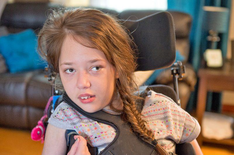 La famille d'Océane, 11 ans, est aux petits soins pour elle chaque jour et lui prodigue beaucoup d'amour. | Photo: gracieuseté/NathB