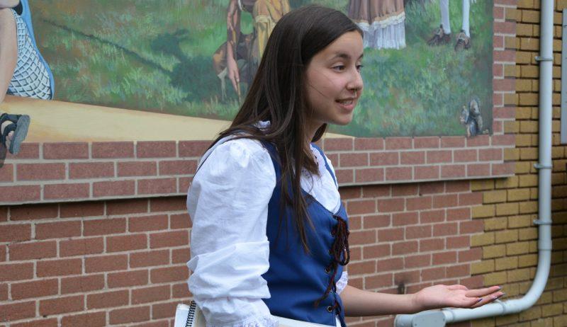 La guide Chloé Péloquin parcourt le centre-ville de Sorel-Tracy tous les jours dans le cadre des visites guidées de la Société historique Pierre-De Saurel. | TC Média - Sarah-Eve Charland