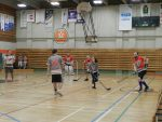 Les élèves remportent un match de hockey amical contre les profs