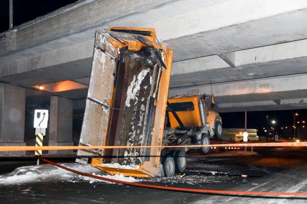 Un camion accroche le viaduc de l'autoroute 30