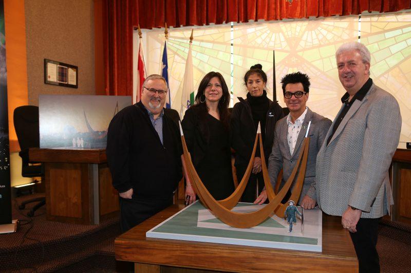 Le conseiller Alain Maher, la conseillère Sylvie Labelle, l'artiste Louise DeLorme, le maire Serge Péloquin et le président du RIRÉRST Benoît Théroux (Photo: Pascal Cournoyer)