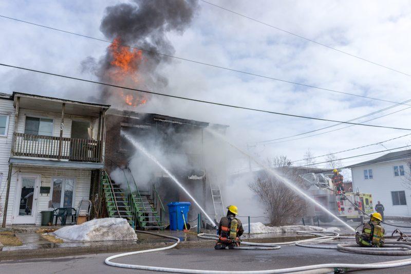 L'incendie a été déclenché à l'intersection des rues St-Paul et Mgr-Nadeau. (Photo: Pascal Gagnon)
