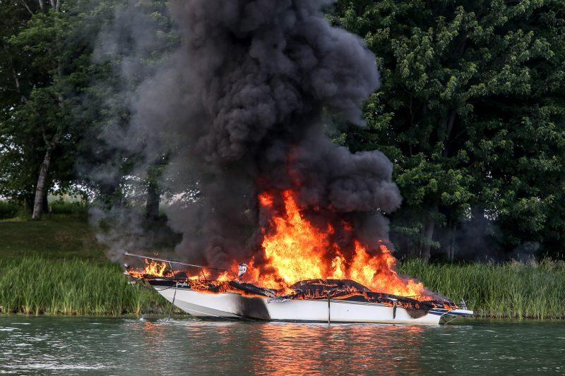 La fumée émanant du bateau était visible des kilomètres à la ronde. (Photo: Pascal Cournoyer)