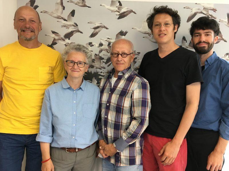 Quatre des cinq fondateurs de l'organisme Octobre le mois des mots, Marc Mineau, Andrée Martin, Michel Charlebois et David Dorais, accompagnés du coordonnateur de l'événement, Vincent Pouliot. Micheline Lamoureux est absente sur la photo. (Photo: gracieuseté)