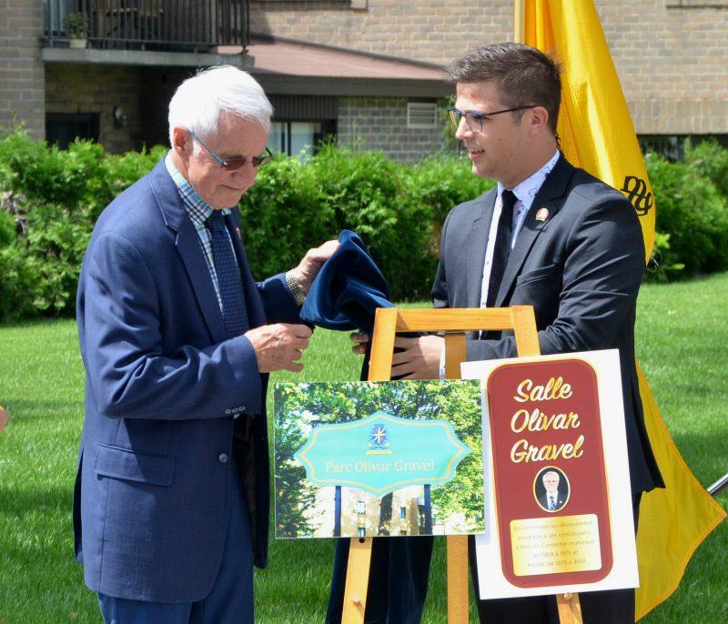 Olivar Gravel et le maire Vincent Deguise dévoilent la plaque officielle. (Photo: Jean-Philippe Morin)