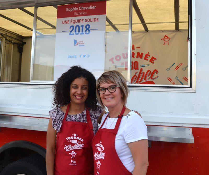 La ministre de l'Économie, Dominique Anglade, accompagnée de la candidate libérale dans Richelieu, Sophie Chevalier, lors de la Tournée des BBQ du Québec, qui s'est arrêtée à Sorel-Tracy le 2 août. (Photo: Xavier Demers)