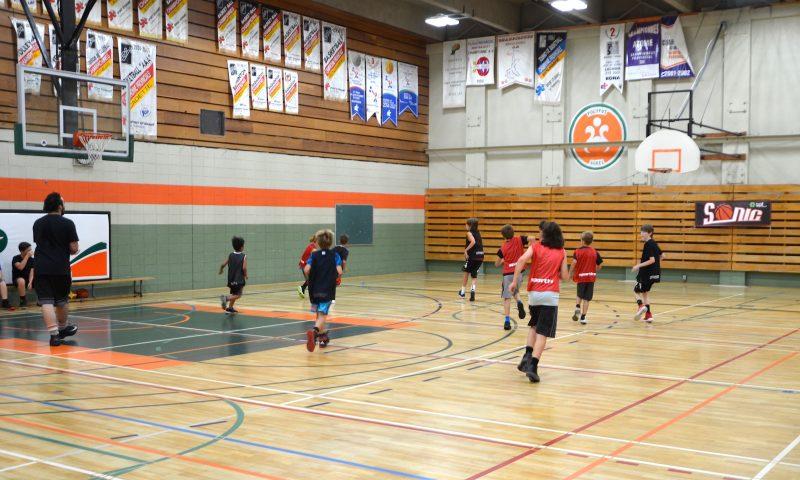 Des jeunes de la 1reannée jusqu'à la 1resecondaire sont allés se délier les jambes lors du camp de basketball Évolution, du 20 au 24août, à l'école secondaire Fernand-Lefebvre. (Photo: Xavier Demers)