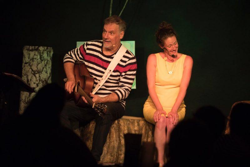 BV: JiCi Lauzon et Corina Bastiani, lors d'une des représentations du spectacle DRÔLD'R, au café-théâtre Les Beaux Instants (Photo: gracieuseté/Simon Ménard)