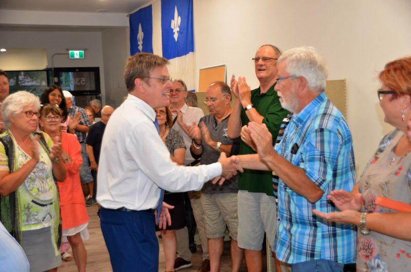 Sylvain Rochon a été accueilli par plusieurs militants à son local électoral, le 29 août. (Photo: Jean-Philippe Morin)