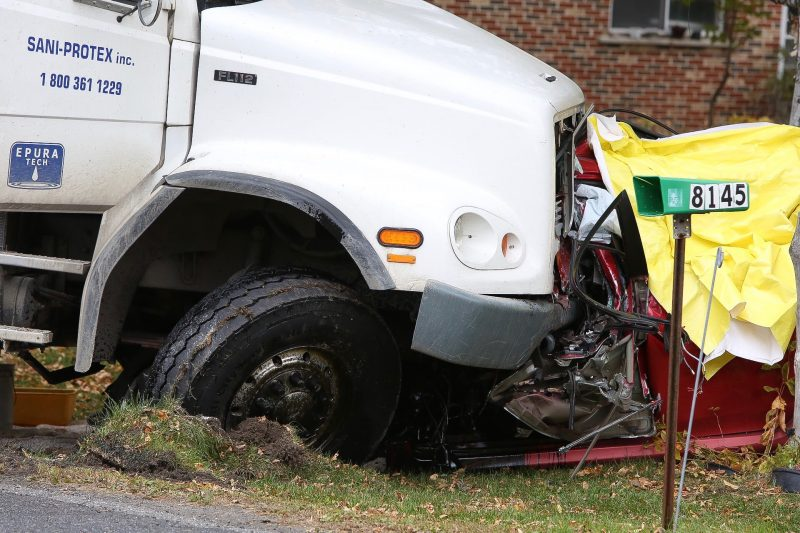Le camion et la voiture sont entrés en contact sur la route 132, près de la montée Saint-Roch à Contrecœur. (Photo: Pascal Cournoyer)