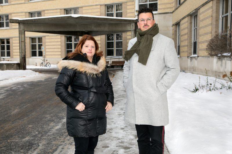 Valérie Simard et Jean-Michel Varin de la FIQ dénoncent une mauvaise gestion qui entraine une augmentation du temps supplémentaire. (Photo: Pascal Gagnon)
