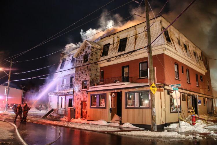 Les pompiers ont dû travailler fort pour circonscrire l'incendie dans un froid sibérien. Photo Pascal Cournoyer | Les 2 Rives ©