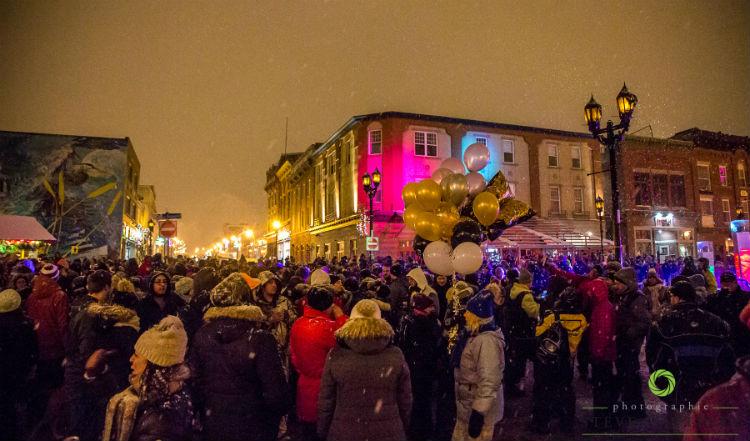 La foule s'est entassée à l'intersection des rues du Roi et Augusta pour fêter le Nouvel An. Photo Steve Gauthier | Les 2 Rives ©