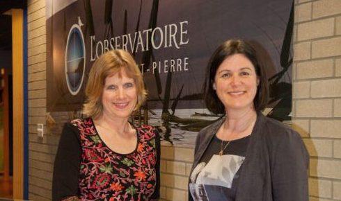 Anne-Marie Dulude, nouvelle directrice du Biophare (à gauche), accompagnée d'Anne Laganière, présidente du Biophare (à droite).  Photo Maurice Parent