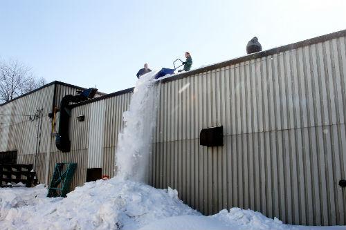 L'entreprise Toiture Excellence peut compter sur plusieurs travailleurs pour déneiger les toitures.  Photo Pascal Cournoyer | Les 2 Rives ©