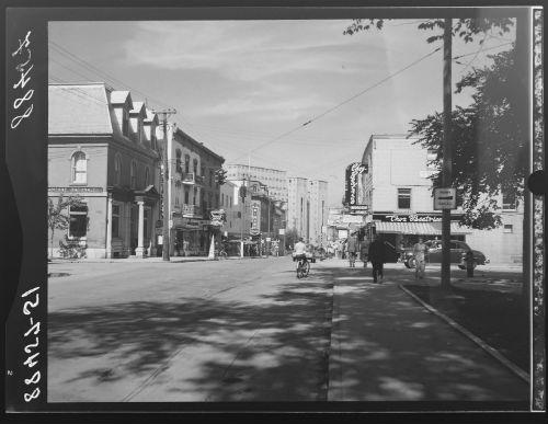 Une rue commerciale de Sorel, co. Richelieu, tirée des Archives nationales du Québec. La photo a été prise en 1951. Elle provient de Paul Carpentier.   Photo gracieuseté