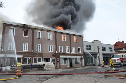 Les flammes ont gagné rapidement du terrain.  Photo Raphaëlle Ritchot | Les 2 Rives ©