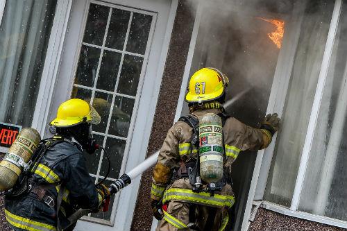 Les pompiers sont entrés dans le bâtiment peu après être arrivés sur les lieux pour combattre les flammes qui ont débuté au dernier étage.  Photo Pascal Cournoyer | Les 2 Rives ©